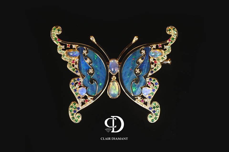 Золотая брошь в виде бабочки с драгоценными камнями
